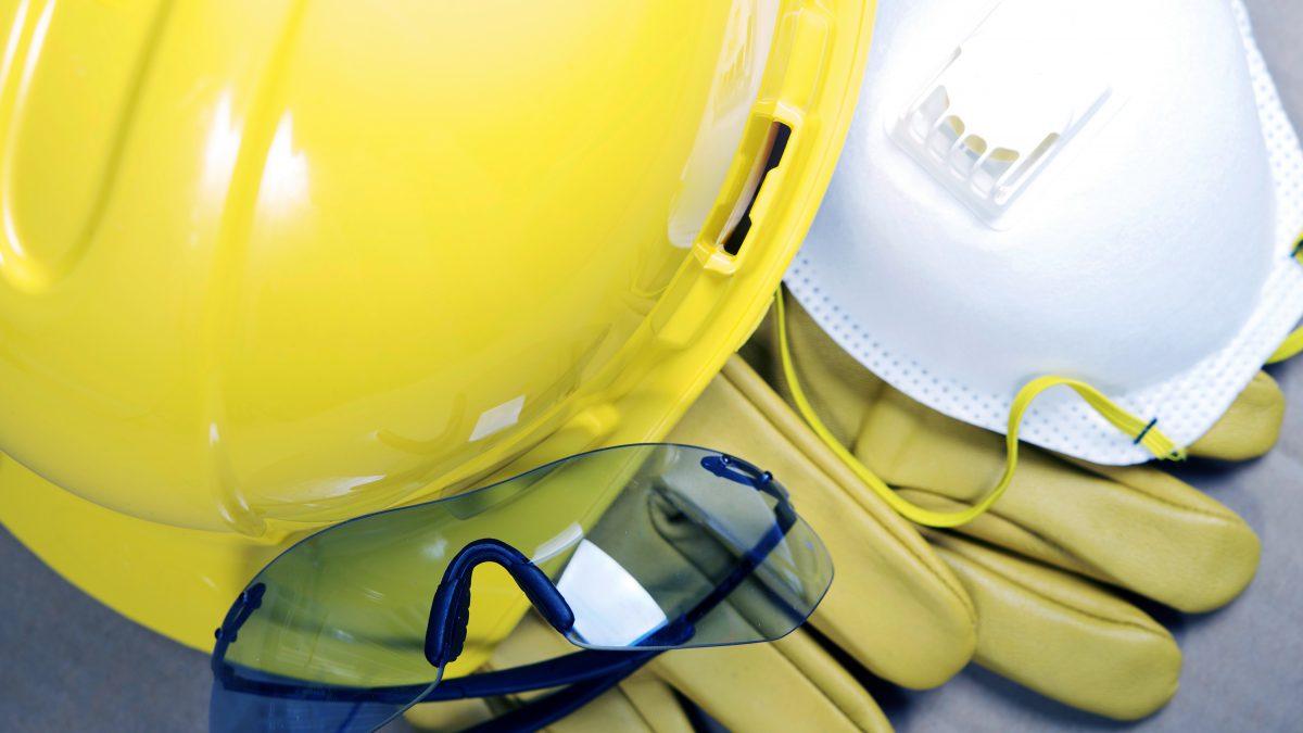 O equipamento de proteção individual só poderá ser posto à venda ou  utilizado com a indicação do certificado de aprovação expedido por órgão  nacional ... 2b43ef0491